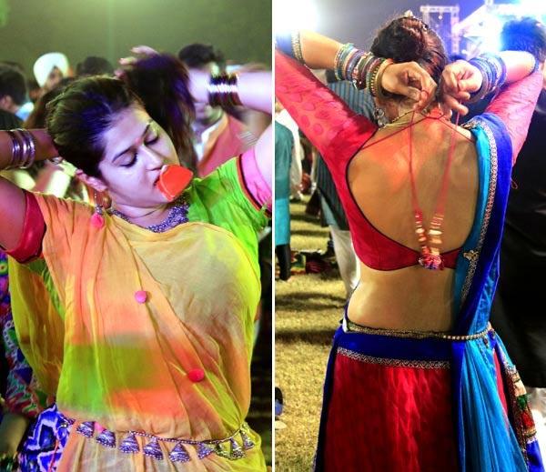 Weekend SPL: अहमदाबादमध्ये गरबा-दांडियात अशा थिरकल्या देखण्या तरुणी देश,National - Divya Marathi
