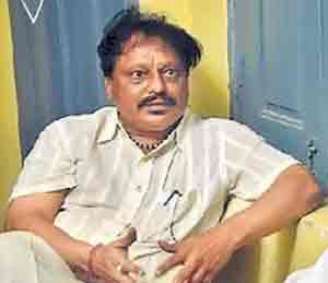 अकोला : ZP डेप्युटी सीईओने 10,000 \'खाल्ले\' पोलिसांनी उलटे टांगून काढले! अकोला,Akola - Divya Marathi