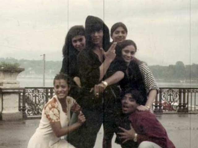 20 वर्षांपूर्वी 'DDLJ' च्या सेटवर क्लिक झालेले काजोल, शाहरुख, करण जोहर आणि त्यांच्या सहकलाकारांचे हे छायाचित्र आहे. - Divya Marathi