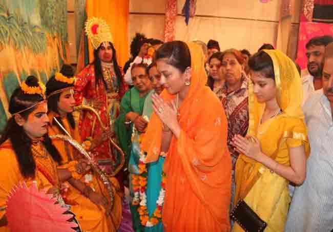 कन्या अनन्यासोबत लोकांमध्ये पोहोचल्या सिंधिया घराण्याच्या सूनबाई|देश,National - Divya Marathi