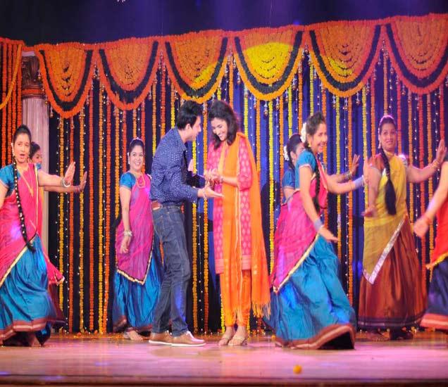 PHOTO: स्वप्निल आला मुक्तासाठी घेऊन 'बॅँड बाजा वरात', नाचवलं सिल्व्हर स्क्रिनवरच्या आई-वडिलांनाही|मराठी सिनेकट्टा,Marathi Cinema - Divya Marathi