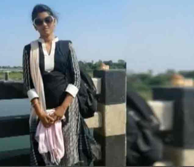 हातावर शिक्षकाचे नाव लिहून विद्यार्थिनीची वर्गात आत्महत्या, गुन्हा दाखल|अहमदनगर,Ahmednagar - Divya Marathi