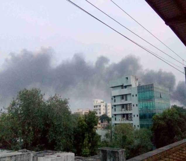 घाटकोपर स्टेशनजवळील युनिव्हर्सल मिलला भीषण आग, जवान जखमी मुंबई,Mumbai - Divya Marathi