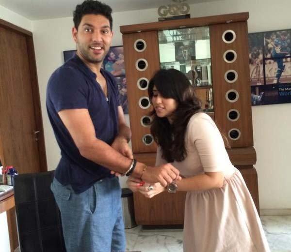 युवराजने 'बहिण' रितिकाबरोबर घेतला सेल्फी, उडवली रोहित शर्माची खिल्ली स्पोर्ट्स,Sports - Divya Marathi