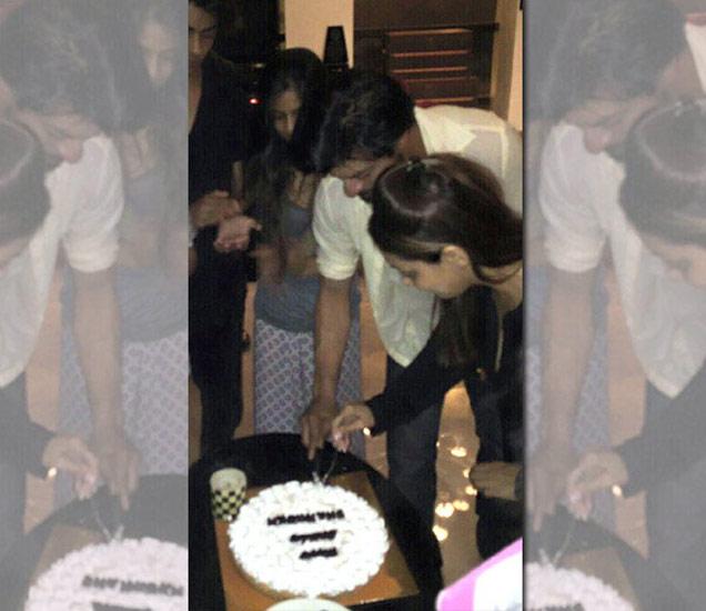 रात्री 12 वाजता पत्नी आणि मुलांसोबत मिळून शाहरुखने कापला B'day केक|देश,National - Divya Marathi