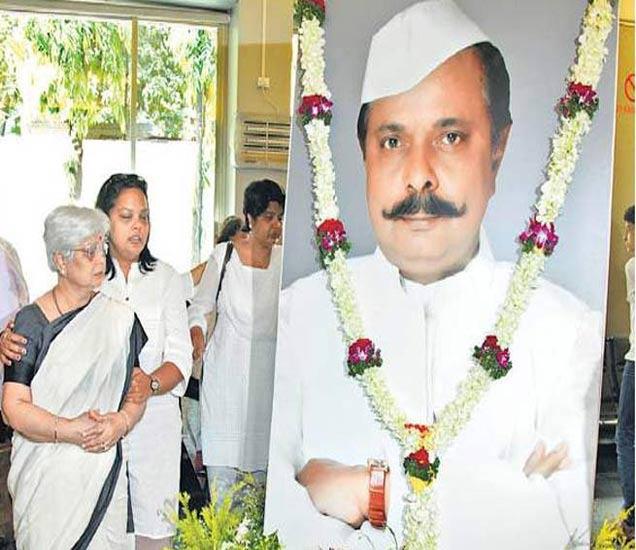 फाइल फोटोः सदाशिव अमरापुरकर यांच्या प्रतिमेजवळ उभ्या त्यांच्या पत्नी आणि मुलगी - Divya Marathi