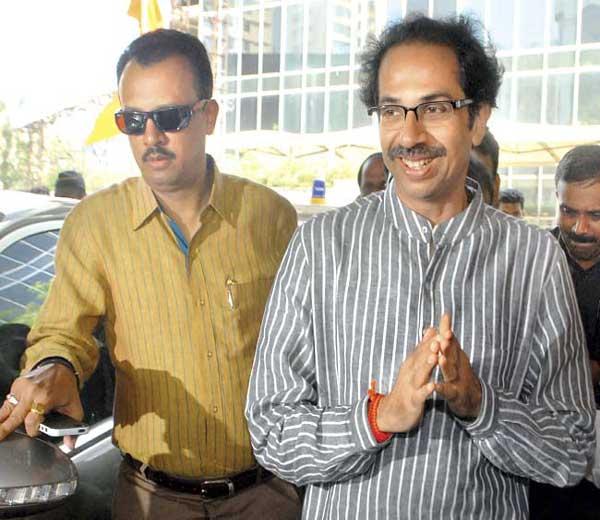 उद्धव ठाकरे व पाठीमागे त्यांचे स्वीय सहाय्यक मिलिंद नार्वेकर... - Divya Marathi