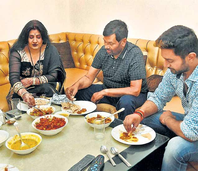 दिल्ली । लोजपचे प्रमुख तथा केंद्रीय मंत्री रामविलास पासवान आणि त्यांचे कुटुंबीय बुधवारी एकत्र भोजनाचा आनंद घेताना. गेल्या अनेक दिवसांपासून बिहारच्या निवडणूक प्रचारात पासवान व्यग्र होते. बुधवारी मात्र निवडणुकीची धामधूम संपली. - Divya Marathi