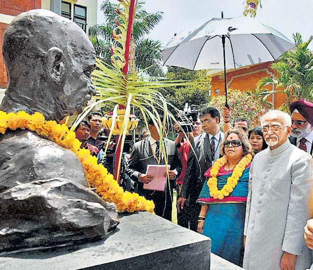 महात्मा गांधींच्या अर्धाकृती पुतळ्याचे अनावरण उपराष्ट्रपतींंच्या हस्ते बुधवारी करण्यात आले. - Divya Marathi