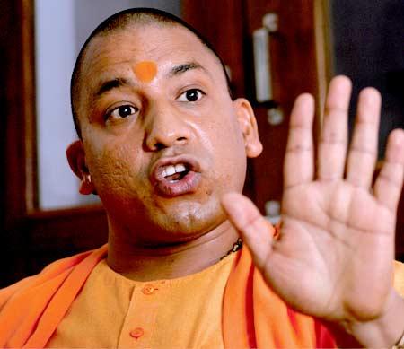 शाहरुखच्या वक्त्यावर योगी आदित्यनाथ यांनी वादग्रस्त प्रतिक्रिया दिली होती. - Divya Marathi