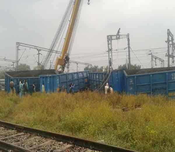 घटनेनंतर मालगाडीला वॉशिंग लाइनच्या बाजूला टाकण्यात आले - Divya Marathi