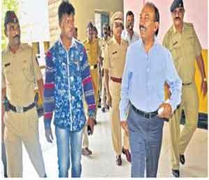 मनपा आयुक्त प्रकाश महाजन पोलिस बंदोबस्तातच महापालिकेत दाखल झाले. - Divya Marathi