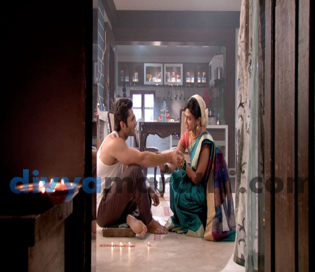 स्वानंदी लावतेय नीलला उटणं, अभ्यंगस्नानावेळी फुलला रोमँस, नील-स्वानंदीचं झालं का लग्न? मराठी सिनेकट्टा,Marathi Cinema - Divya Marathi