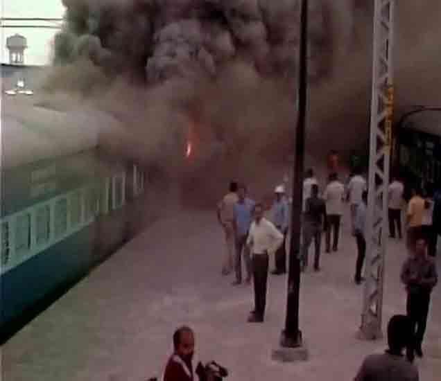 पुरी रेल्वेस्टेशनवर उभ्या तीन एक्सप्रेसच्या डब्यांना आग, प्रवाशी बचावले देश,National - Divya Marathi