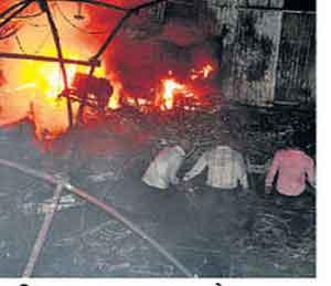 फटाक्यांमुळे आग; १५ लाखांचे साहित्य खाक अकोला,Akola - Divya Marathi
