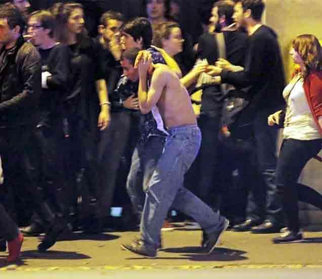 स्फोटानंतर पॅरिसमध्ये दहशतीचे वातावरण आहे. - Divya Marathi