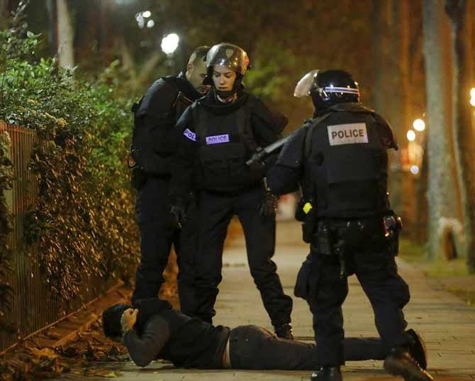 पॅरिसच्या जवानांनी आतापर्यंत  8 दहशतवाद्यांना ठार मारले आहे - Divya Marathi