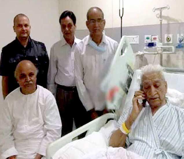 हॉस्पिटलमध्ये सिंघल यांची विचारपूस करण्यासाठी पोहोचलेले प्रवीण तोगडीया. - Divya Marathi