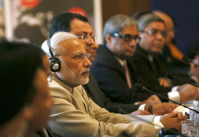 संग्रहित छायाचित्र - पंतप्रधान मोदी ब्रिटन दौऱ्यादरम्यान एका बैठकीत - Divya Marathi