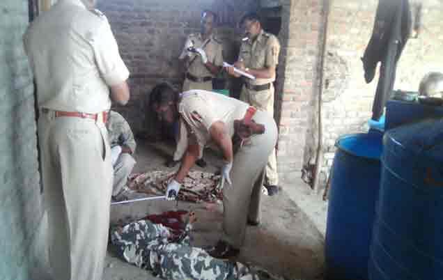 घटनास्थळाची पाहणी करताना पातूर पोलिस ठाण्याचे कर्मचारी. - Divya Marathi