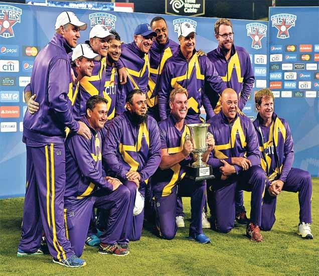अाॅल स्टार क्रिकेट मालिका जिंकल्यानंतर ट्राॅफीसह जल्लाेष करताना कर्णधार शेन वाॅर्नसह वाॅरियर्सचे खेळाडू. - Divya Marathi