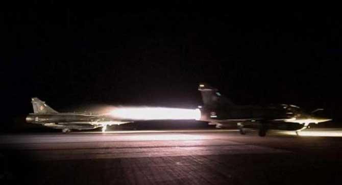 सीरियाकडे उड्डाण भरताना फ्रान्सचे लढाऊ विमान. - Divya Marathi