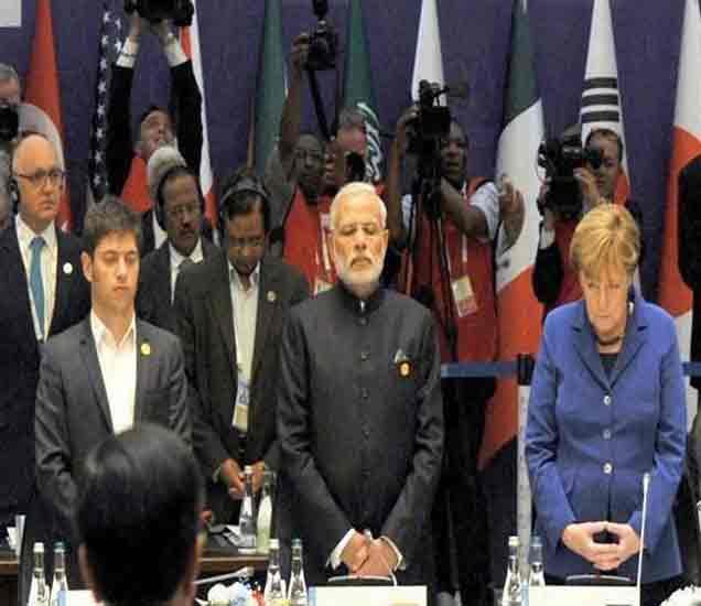 ब्रिक्स बैठकीत श्रद्धांजली अर्पण करताना नेते. - Divya Marathi