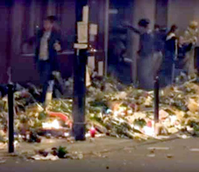 रविवारी पॅरिसमध्ये शोकसभा आयोजित केली होती. यावेळी फायरिंगची अफवा उडाल्याने लोकांनी फुले चिरडत त्याठिकाणाहून पळ काढला. - Divya Marathi