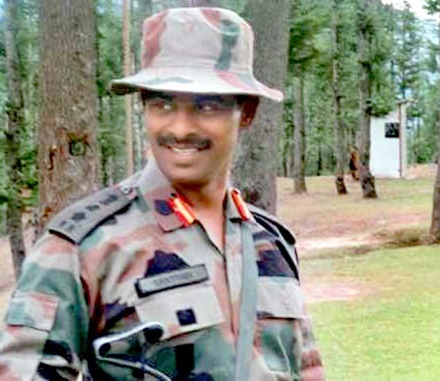 जम्मू-काश्मीरच्या कुपवाडा जिल्ह्यात एनकाऊंटरमध्ये शहीद झालेले आर्मीचे कर्नल संतोष महाडीक. - Divya Marathi