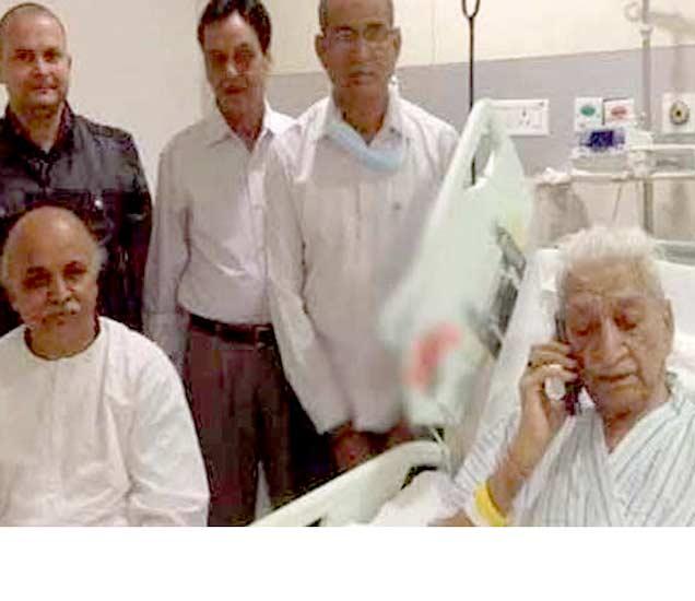 दोन दिवसांपूर्वीच सिंघल यांचा रुग्णालयातील हा फोटो समोर आला होता. त्यांच्याबरोबर विहिंप नेते प्रवीण तोगडिया. - Divya Marathi