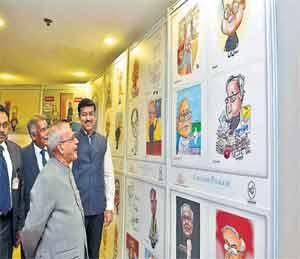 विज्ञान भवन येथे आयोजित कार्टून-कॅरिकेचर्स प्रदर्शनात आपल्यावरील व्यंगचित्रे पाहताना राष्ट्रपती प्रणव मुखर्जींना हसू आवरले नाही... - Divya Marathi