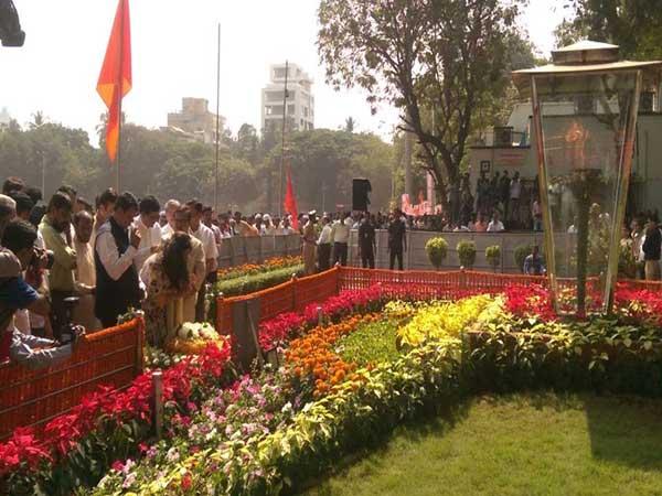 बाळासाहेबांना आदरांजली वाहताना मुख्यमंत्री फडणवीस... - Divya Marathi