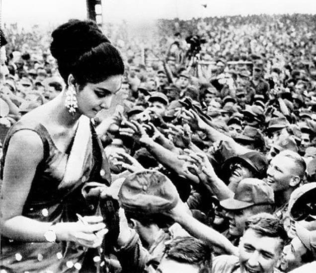 अमेरिकी जवानांमध्ये रीता फारिया - फाइल फोटो - Divya Marathi