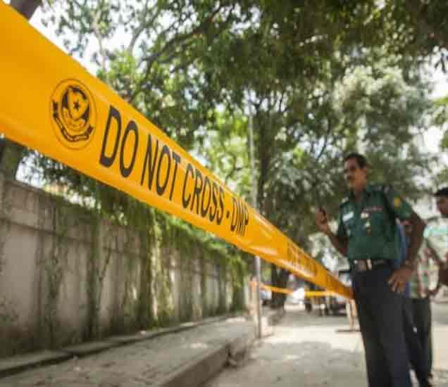 घटनास्थळाची पाहणी करताना स्थानिक पोलिस अधिकारी. - Divya Marathi