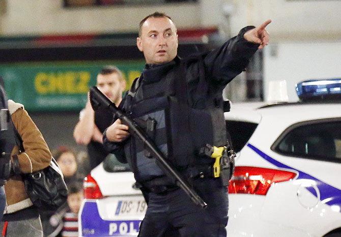 पॅरिसच्या सेंट डेनिसमध्ये बुधवारी झालेल्या गोळीबार दरम्यान एलिट फोर्सचा कमांडो दिसत आहे. - Divya Marathi