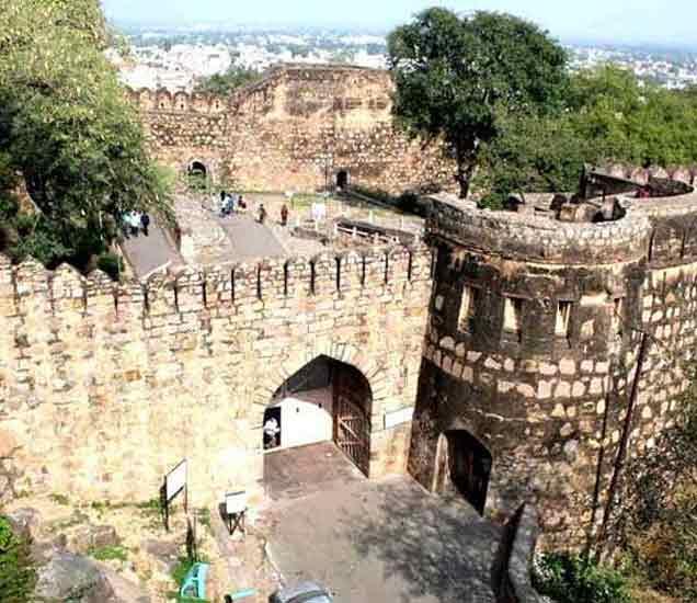 400 वर्षे जुना झाशीचा किल्ला. - Divya Marathi