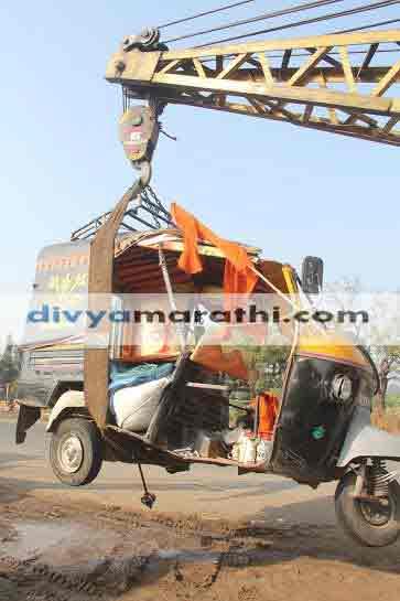 बीडजवळ अॅपे आणि ट्रकचा भीषण अपघात, चार जण ठार, नऊ गंभीर औरंगाबाद,Aurangabad - Divya Marathi