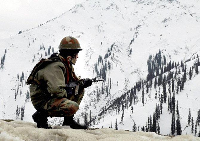 काश्मीरमध्ये लष्कराच्या कॅम्पवर हल्ला, 3 दहशतवादी ठार, एक जवान शहीद|देश,National - Divya Marathi