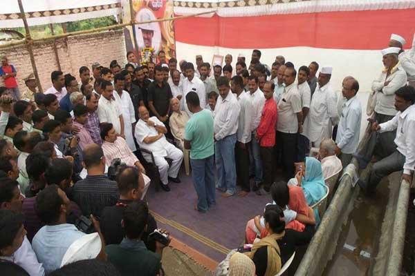 शहीद कर्नल महाडिकांच्या पत्नीस विद्या प्रतिष्ठानमध्ये नोकरी देऊ - शरद पवार पुणे,Pune - Divya Marathi
