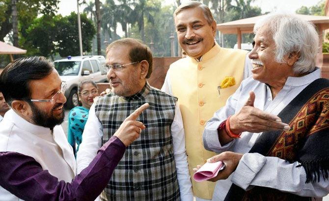 हिवाळी अधिवेशन: पहिल्या दिवशी एकत्र दिसले मुलायम-आदित्यनाथ, मोदी भेटले विरोधकांना|देश,National - Divya Marathi