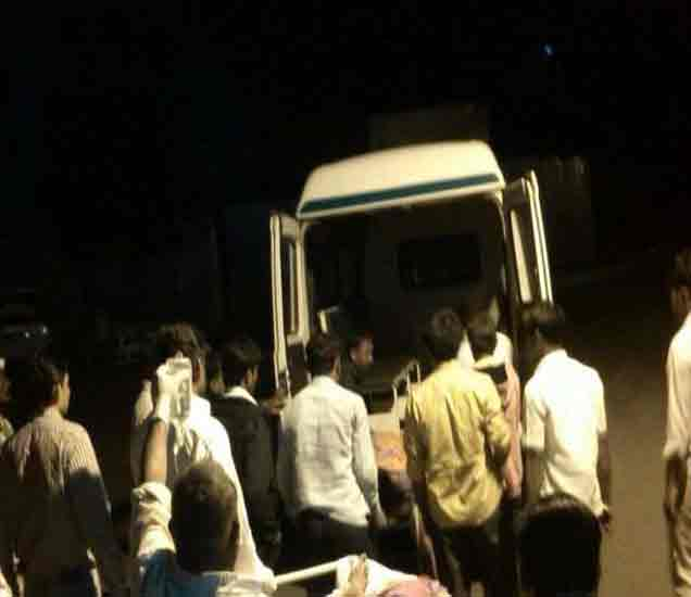 अपघातग्रस्तांना रुग्णालयात नेताना. - Divya Marathi