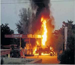 गंगापुरातील पेट्रोल पंपाला आग; दीड तासानंतर मिळवले नियंत्रण औरंगाबाद,Aurangabad - Divya Marathi