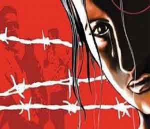 अल्पवयीन मुलीवर धावत्या रेल्वेगाडीत  बलात्कार, एका आरोपीला अटक|अकोला,Akola - Divya Marathi