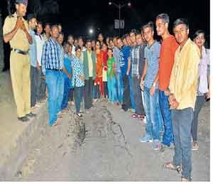रस्ता खचल्याने अपघात, विद्यार्थ्यांनी एकत्र येत केला प्रशासनाचा निषेध नाशिक,Nashik - Divya Marathi