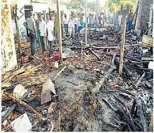 आगीत पाच घरे खाक, सुरळी येथे शॉर्ट सर्किटमुळे आग अमरावती,Amravati - Divya Marathi