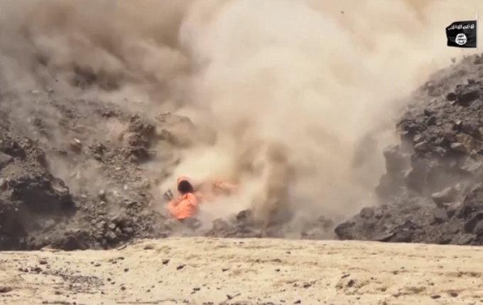 ISIS चा नवीन व्हिडिओ: काहींवर सोडले रॉकेट, काहींच्या गळ्याला तोफ बांधून घडवले स्फोट|विदेश,International - Divya Marathi