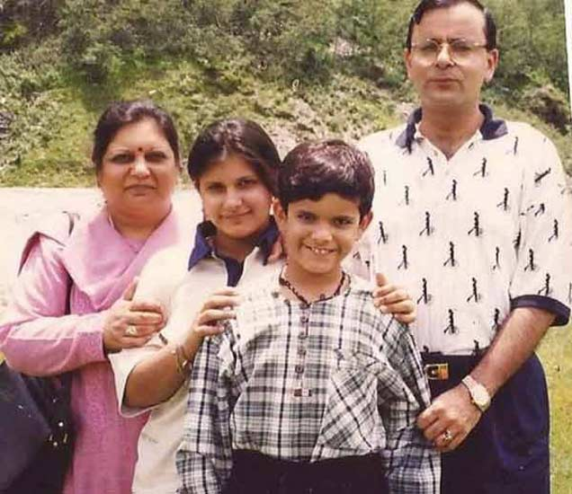 अरुण जेटली, त्यांची पत्नी आणि मुले. - Divya Marathi
