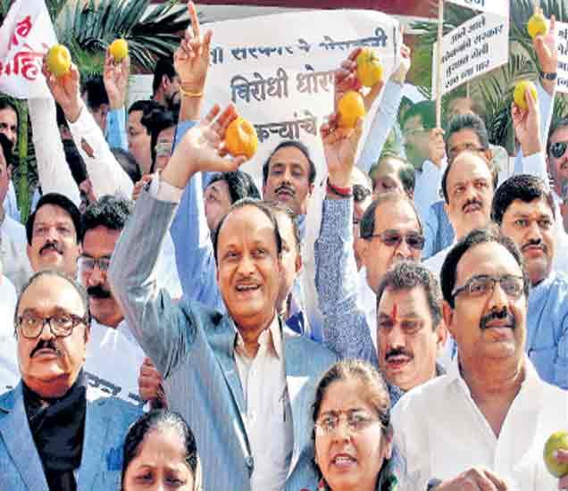 सरकारच्या शेतकरीविराेधी धाेरणाविराेधात काँग्रेस-राष्ट्रवादी काँग्रेसच्या अामदारांनी मंगळवारी विधानभवनाबाहेर निदर्शने केली. - Divya Marathi