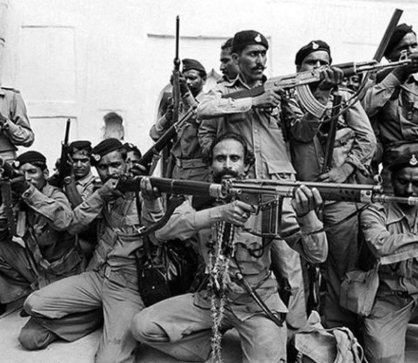 डाकू मलखान सिंहने एमपीचे सीएम अर्जुनसिंह समोर आत्मसमर्पण केले होते. - Divya Marathi