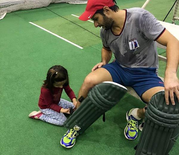 आफ्रिदी देतोय मुलींना बंदूक चालवण्याचे अन् क्रिकेटचे प्रशिक्षण, शेअर केले PHOTOS|स्पोर्ट्स,Sports - Divya Marathi